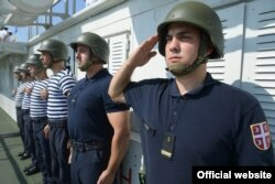 Pripadnici Vojske Srbije salutiraju na brodovima Rečne flotile Vojske Srbije tokom cerenomije proslave Dana Rečne flotile plove Dunavom, u Novom Sadu, Srbija, 7. avgusta 2019. (Foto: Ministarstvo odbrane Republike Srbije)