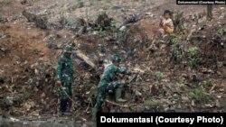 Para anggota TNI terlibat dalam berbagai program sosial, termasuk pembersihan Sungai Citarum di Jawa Barat. (foto: ilustrasi)
