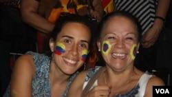 Julieta Rodríguez, derecha, junto a su hija disfruta del concierto en el Patriot Center de Virginia.