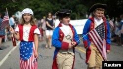 미국 매사추세츠주 케이프 코드의 반스트블 마을에서 7월 4일 독립기념일을 맞아 아이들이 성조기를 들고 행진하고 있다.