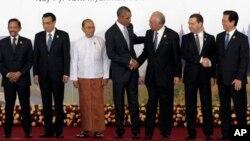Tổng thống Mỹ Barack Obama (giữa) chụp hình cùng với các lãnh đạo ASEAN, trong đó có Thủ tướng VN Nguyễn Tấn Dũng (phải), tại Thượng đỉnh Đông Á năm 2014.