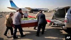 Quan tài của người Iran thiệt mạng trong vụ giẫm đạp tại lễ Hajj được đưa vào xe hơi tại sân bay Mehrabad ở Tehran, Iran, 3/10/2015.