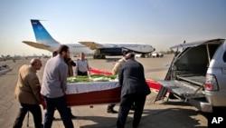 이란인들이 사우디아라비아에서 숨진 순례객들의 운구를 옮기고 있다