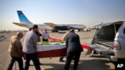 Warga Iran mengangkat peti jenazah korban yang meninggal dunia saat menunaikan ibadah haji di Arab Saudi, 24 September 2015, setibanya di bandara Mehrabad, Teheran, Iran (3/10).