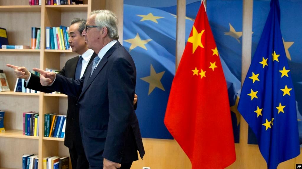 歐盟委員會主席容克和中國外長王毅在歐盟布魯塞爾總部交談。 (2018年6月1日)