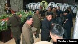 북한 김정은 국방위원회 제1위원장이 9일 전병호 전 노동당 군수담당 비서의 영전에 화환을 보내고 전병호의 시신이 안치된 장례식장을 찾아 깊은 애도의 뜻을 표시했다고 10일 보도했다.
