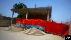 পাকিস্তানে হিন্দু মন্দিরটি আক্রমণের পর স্থানীয় কর্তৃপক্ষ সেটি ঘিরে রেখেছে। (এপি)