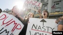 2016年11月10日,加利福尼亞州舊金山的高中生在市政廳前高舉標語,抗議共和黨的唐納德·川普當選美國總統。