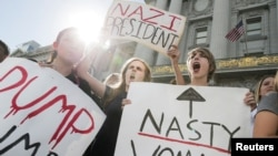 2016年11月10日,加利福尼亚州旧金山的高中生在市政厅前高举标语,抗议共和党的唐纳德·川普当选美国总统。
