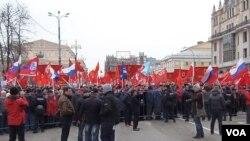 由親克里姆林宮勢力2014年3月在莫斯科所組織的支持吞併克里米亞的示威。 (美國之音白樺拍攝)