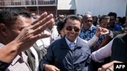 Marc Ravalomanana (C), former president of Madagascar who was in exile in South Africa since 2009, is greeted by supporters while returning to his home in Antananarivo, Oct. 13, 2014.