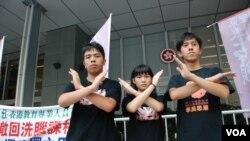 3名學民思潮學生代表(左起)林朗彥、黃莉莉、凱撒,星期四下午開始絕食,要求當局立即撤回國民教育科
