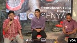 Herlambang Perdana (kiri) dan Nurkhoiron menjadi pembicara dalam diskusi dan pemutaran film bertema HAM di kantor Kontras Surabaya, Senin 11 Mei 2015 (foto: VOA/Petrus).