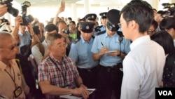 香港政府康文署職員一度報警要求香港民族黨取消社區演講。(美國之音湯惠芸攝)