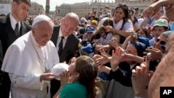 Đức Giáo Hoàng Francis và các giáo dân tại Quảng trường Thánh Phêrô ở Vatican.