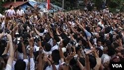 Pemimpin oposisi Birma Aung San Suu Kyi saat memasuki kembali markas besar partainya pada hari Senin.