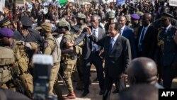 Le président camerounais Paul Biya accueille les partisans lors d'une réunion électorale au stade de Maroua lors de sa visite dans la région de l'extrême-nord du Cameroun, le 29 septembre 2018.