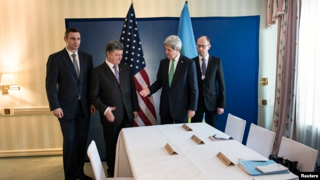 Ukrainian businessman and politician Petro Poroshenko (2nd L) and U.S. Secretary of State Kerry shake hands as Klitschko (L) Arseniy Yatsenyuk look on, Feb. 1, 2014.