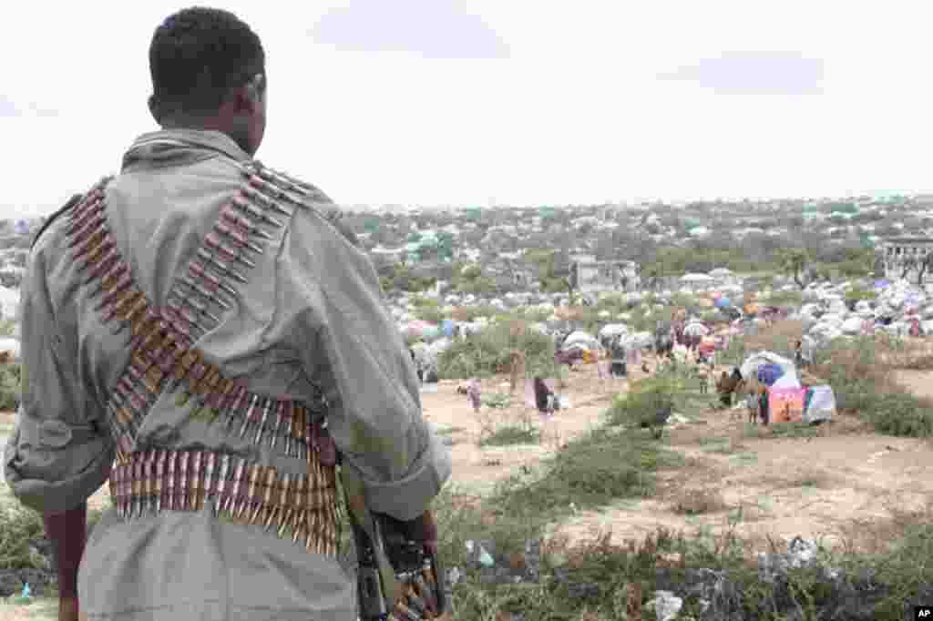 A security guard on a hill overlooking the Sayidka IDP camp. (VOA - P. Heinlein)