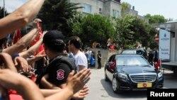 Les Turcs saluent leur président Recep Tayyip Erdogan alors qu'il quitte sa demeure en voiture à Istanbul, le 17 juillet 2016.