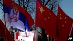 资料照:塞尔维亚人在贝尔格莱德挥舞塞尔维亚与中国国旗。(2020年2月22日)