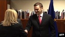 Predstavnici Prištine, Edita Tahiri (levo) i Beograda, Borislav Stefanović pred početak sastanka u Briselu, 28. mart 2011.