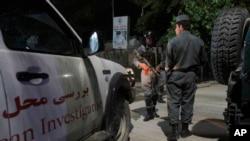 نیروهای امنیتی افغانستان محل حمله را بازرسی می کنند