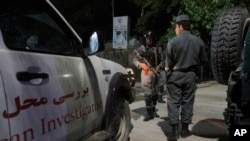 Pasukan keamanan Afghanistan memeriksa lokasi Hotel Park Palace yang diserang pria-pria bersenjata di Kabul (14/5). (AP/Allauddin Khan)