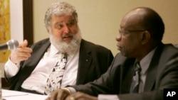 Chuck Blazer (trái), người mật báo trong một cuộc điều tra của chính phủ Mỹ làm rung chuyển cơ quan quản lý bóng đá thế giới. (AP Photo/Wilfredo Lee, File)
