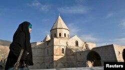 Seorang perempuan mengunjungi Gereja St. Thaddeus dekat Chaldoran di Iran, yang merupakan salah satu warisan dunia UNESCO di negara itu. (Reuters/Raheb Homavandi)
