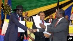 南蘇丹總統基爾(左)和反政府領導人馬查爾握手。 (資料照片)