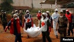Les éléments de la Croix rouge transportent un cadavre après de Bangui, Centrafrique, 17 février 2014.