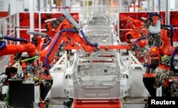 지난 6월 미국 캘리포니아주 프레몬트의 테슬라 공장에서 로봇이 자동차를 조립하고 있다.