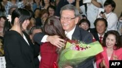 Ông Takeshi Onaga, phải, mừng chiến thắng bầu cử với các con gái ở Naha, tỉnh lị của Okinawa, ngày 16 tháng 11, 2014.