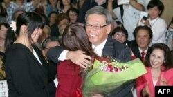 Mantan Walikota Naha, Takeshi Onaga (kanan), memeluk putrinya dalam perayaan kemenangan pemilu Okinawa (16/11).