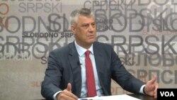 """Predsednik Kosova gostuje u emisiji """"Slobodno srpski"""" Budimira Ničića, dopisnika Glasa Amerike."""