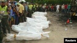 Polisi membungkus jenazah korban tewas dalam kebakaran bis di kota Fundacion, Kolombia yang menewaskan 32 siswa (foto: dok).