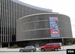 驻华盛顿的世界卫生组织美洲地区分部及泛美卫生组织在大楼外张挂的呼吁同细菌抗药性做斗争的标语。(资料照)