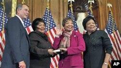 Republikanska kongresnica Eddie Bernice Johnson iz Teksasa, druga s desna, za svečanosti polaganja prisege, s predsjedateljem Zastupničkog doma Johnom Boehnerom, u zgradi Kongresa u Washingtonu, 5. siječnja 2011. (file photo)
