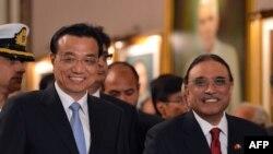Thủ tướng Trung Quốc Lý Khắc Cường (trái) và Tổng thống Pakistan Asif Ali Zardari (phải) rời đi sau lễ ký kết các thỏa thuận tại dinh tổng thống ở Islamaba, 22/5/2013.