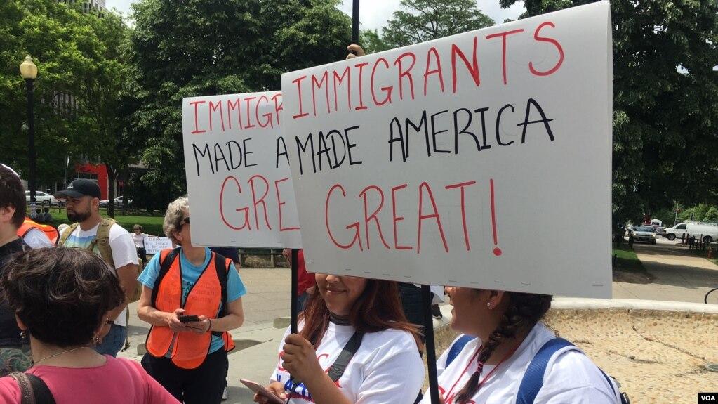 Người biểu tình tập trung ở thủ đô hôm 1/5 phản đối chính sách di trú của Tổng thống Trump.