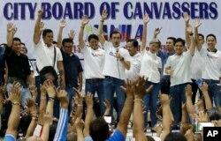 필리핀 마닐라 시장선거에서 당선이 확정된 이스코 모레노 도마고소 후보가 14일 지지자들과 기쁨을 나누고 있다.