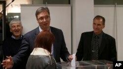 Premijer Srbije Aleksandar Vučić glasa na izborima