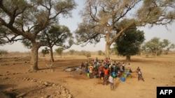 Des femmes et des enfants dans Bandiagara, Mali, le 13 fevrier 2005.