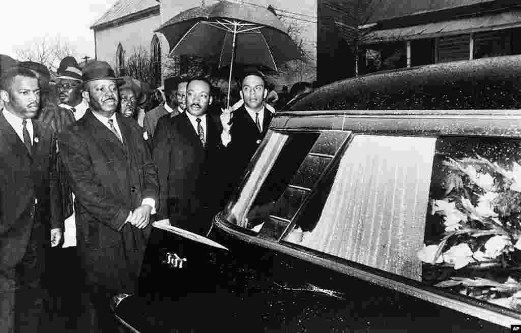 លោក Martin Luther King, Jr. និងសហការីដឹកនាំការដើរក្បួននៅពីក្រោយក្តារមឈូសរបស់លោក Lee Jackson ក្នុងពិធីបុណ្យសពមួយក្នុងក្រុង Marion រដ្ឋ Alabama កាលពីថ្ងៃទី១ ខែមីនា ឆ្នាំ១៩៦៥។