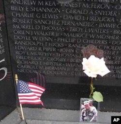 Mỗi năm có hàng triệu người tới viếng Đài Tưởng niệm Chiến tranh Việt Nam, và họ thường để lại đó những kỷ vật