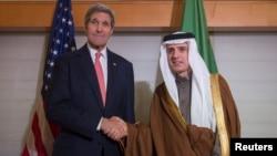 Le secrétaire d'Etat américain John Kerry avec son homologue saoudien Adel bin Ahmed Al-Jubeir, le 17 décembre 2015. (REUTERS/Bryan Smith/Pool)