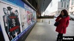 Poster của bộ phim 'Django Unchained' bên ngoài một rạp chiếu phim ở Bắc Kinh, ngày 11/4/2013.
