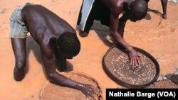 Ex-rebelles du RUF dans une mine de diamant à Tongo dans l'est de la Sierra Leone, janvier 2002. (Nathalie Barge, VOA)