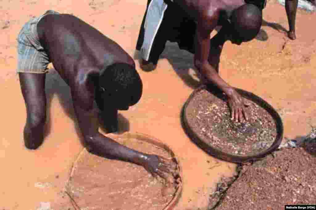 Extraction de diamant : d'ex-rebelles du RUF à Tongo, près de Bo, dans l'Est de la Sierra Leone, janvier 2002. (Nathalie Barge, VOA)
